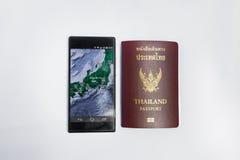 Smartphone y viaje del pasaporte de Tailandia a Japón Fotos de archivo libres de regalías