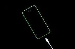 Smartphone z ładowarki prymką Fotografia Royalty Free