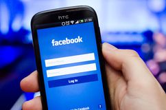 Smartphone z Facebook sieci ogólnospołeczną wiszącą ozdobą app Zdjęcie Stock