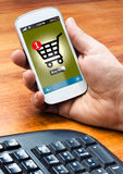Smartphone z online zakupy na ekranie Obrazy Stock