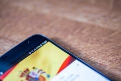 Smartphone z 25 procentów ładunkiem i Hiszpania zaznaczamy Fotografia Stock