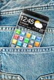 Smartphone z przejrzystym ekranem w kieszeni cajgi. zdjęcie royalty free