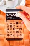 Smartphone z przejrzystym ekranem w ludzkich rękach Obraz Stock