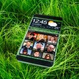 Smartphone z przejrzystym pokazem. Obrazy Royalty Free