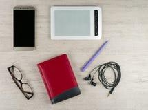 Smartphone z pustym ekranem, notepad, szkłami, eBook, hełmofonami i ballpoint piórem, zdjęcie royalty free