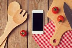 Smartphone zomba acima do molde para cozinhar a exposição dos apps Imagem de Stock