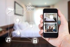 Smartphonemening die van de handholding binnenshuis eruit zien Royalty-vrije Stock Fotografie