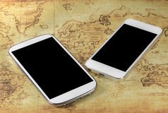 Smartphoneon un mapa del mundo Fotografía de archivo libre de regalías