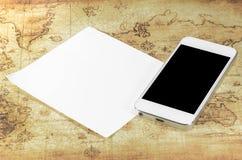 Smartphoneon un mapa del mundo Foto de archivo