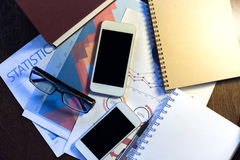 2 smartphones и бизнес-отчета Стоковое фото RF
