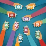 Διανυσματική έννοια της κινητής στιγμιαίας συνομιλίας αγγελιοφόρων με τα χέρια smartphones και τα υπερεμφανιζόμενα πλαίσια διαλόγ Στοκ Εικόνες