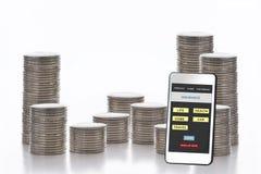 Smartphones avec l'application d'assurance sur l'écran et la pile de pièces de monnaie sur le fond blanc Photographie stock libre de droits