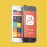 Smartphones in bianco e nero con l'applicazione domestica astuta sulla s Fotografie Stock