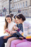 Smartphones dans la ville Images stock