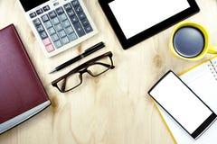 Smartphones dello schermo in bianco degli occhiali di Brown e PC della compressa su w Immagini Stock Libere da Diritti