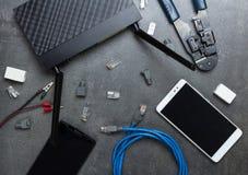 Smartphones e roteador com as peças e as ferramentas necessárias a conectar, no cinza foto de stock royalty free