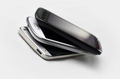 3 smartphones encima de uno a Fotos de archivo