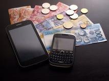 Smartphones, Filipińskiego peso monety i rachunki i zdjęcia royalty free