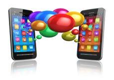 Smartphones mit bunten Spracheluftblasen Stockfotografie