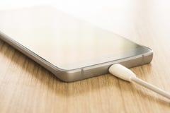 Smartphones mobili di carico Immagine Stock
