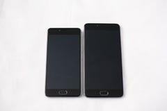 Smartphones modernes sur le fond blanc Photographie stock libre de droits