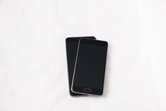 Smartphones moderni su fondo bianco Immagini Stock