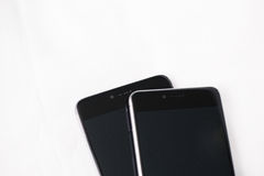 Smartphones moderni su fondo bianco Fotografia Stock Libera da Diritti