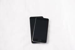 Smartphones modernos en el fondo blanco Imagenes de archivo