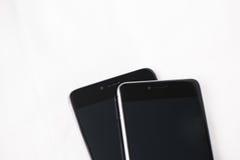 Smartphones modernos no fundo branco Fotografia de Stock Royalty Free