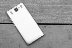 Smartphones op houten Zwart-witte achtergrond, Stock Foto