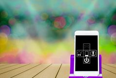 Smartphones sul posto sul pavimento di legno, sul wifi di simbolo dello schermo, sulle luci del bokeh della sfuocatura, sul conce immagini stock libere da diritti