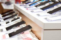 Smartphones sur le compteur d'un magasin de l'électronique photos libres de droits