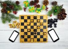 Smartphones und alte Spiele, festliche Atmosphäre Weihnachten modern Stockfotografie