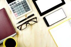 Smartphones und Tablet-PC des Brown-Brillenleeren bildschirms auf dem w Stockfotografie