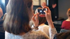 Smartphonestudie van de vrouwenhand stock video