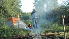 Smartpwatch de contact d'homme dans le camping clips vidéos