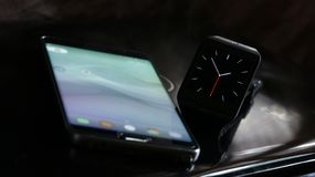 Smartwatch和智能手机 免版税库存照片