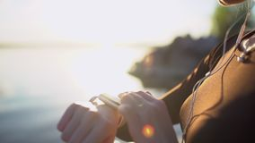 SmartWatch Νέα γυναίκα που χρησιμοποιεί το έξυπνο ρολόι στην παραλία στο ηλιοβασίλεμα Κινηματογράφηση σε πρώτο πλάνο του θηλυκού  απόθεμα βίντεο