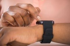 Персона используя Smartwatch Стоковые Изображения RF