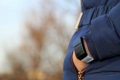 Smartwatch bij pols van een Vrouw Stock Foto