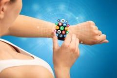 Smartwatch com ícones da aplicação Fotografia de Stock