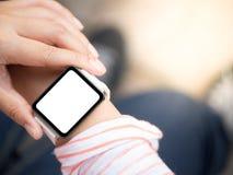 Smartwatch de port de main Photographie stock libre de droits