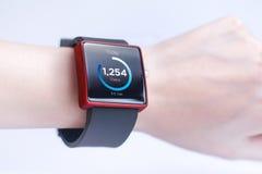 Smartwatch de port de main photos libres de droits