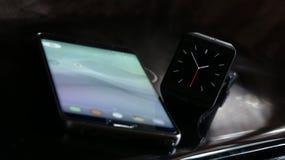 Smartwatch e smartphone fotografie stock libere da diritti