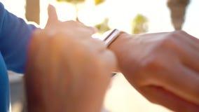 SmartWatch Frau, die intelligente Uhr verwendet Nahaufnahme des weiblichen r?hrenden Touch Screen auf hereinkommender Uhr-APP der