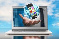 Smartwatch i rozjarzona orbity kula ziemska w ręce przez laptopu Zdjęcia Royalty Free