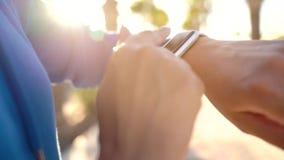SmartWatch Kobieta u?ywa m?drze zegarek Zbliżenie żeński wzruszający ekran dotykowy na zegarka, wchodzić do zegarku, app i począt zbiory