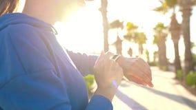 SmartWatch Kobieta u?ywa m?drze zegarek Zbliżenie żeński wzruszający ekran dotykowy na zegarka, wchodzić do zegarku, app i począt zbiory wideo