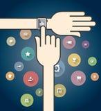 Smartwatch mit bunten Ikonen des elektronischen Geschäftsverkehrs Lizenzfreie Stockbilder