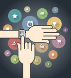Smartwatch mit bunten Ikonen des elektronischen Geschäftsverkehrs Stockfoto